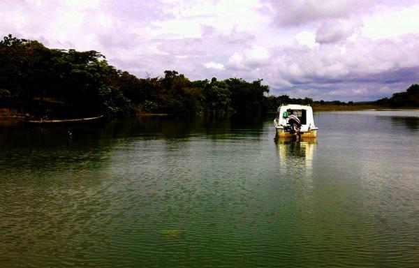 Lên thuyền khám phá đảo nằm giữa lòng hồ Trị An. Ảnh: 2saigon.vn