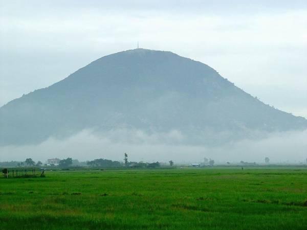 Núi Bà Đen nhìn từ xa. Ảnh: bestprice