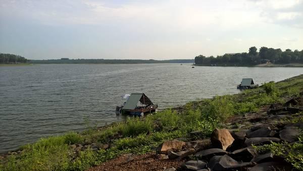 Hồ Sông Mây bình yên lý tưởng để cắm trại. Ảnh: Tiểu Duy