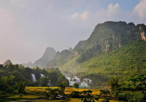 Phong cảnh nên thơ xung quanh thác Bản Giốc. Ảnh: Phạm Thành