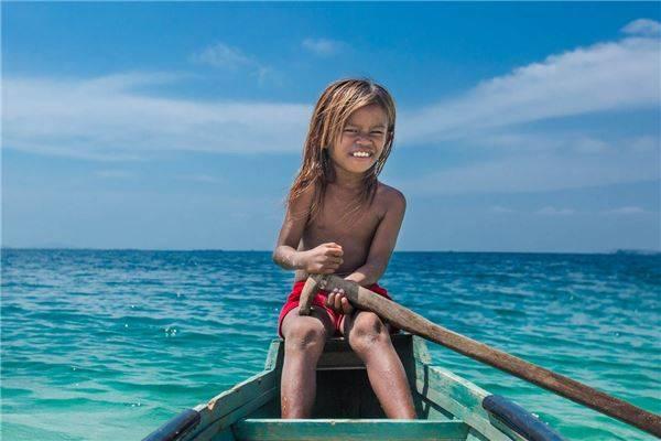 Tới khoảng tám tuổi, những đứa trẻ đã bắt đầu đi săn cá. Ảnh: Réhahn Croquevielle