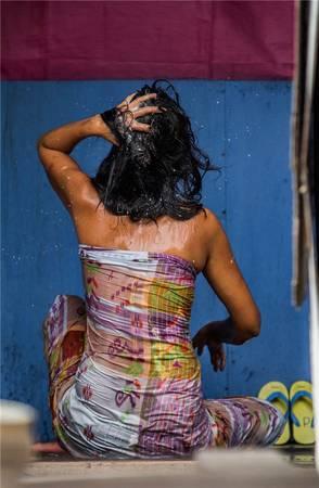 Làn da rám nắng khỏe khoắn được xem như là tiêu chuẩn để đánh giá vẻ đẹp của người phụ nữ Bajau. Ảnh: Réhahn Croquevielle
