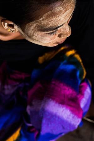 Còn những người mẹ sử dụng borak để bảo vệ làn da cho con cái của họ. Ảnh: Réhahn Croquevielle