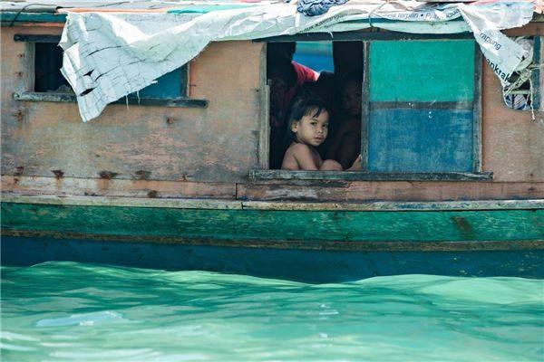 Người Bajau sống trên những chiếc thuyền nhỏ, cuộc sống hàng ngày của họ dựa vào đánh bắt cá để kiếm sống. Ảnh: Réhahn Croquevielle