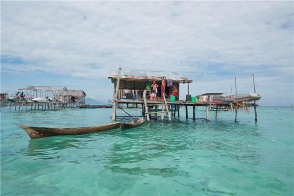 Cũng có nhiều người Bajau sống trên những ngôi nhà nhỏ được xây dựng trên mặt biển. Ảnh: Réhahn Croquevielle