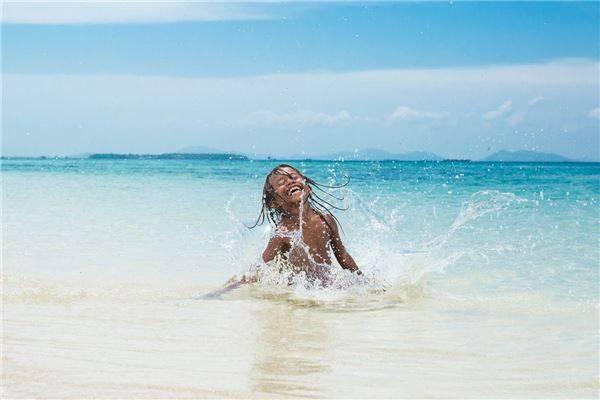 Hòn đảo đầu tiên mà Réhahn ghé thăm là Tabbalanos và anh được chào đón bởi những đứa trẻ thân thiện. Ảnh: Réhahn Croquevielle