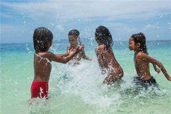 Phần lớn các hoạt động vui chơi của trẻ em Bajau cũng gắn liền với nước. Ảnh: Réhahn Croquevielle