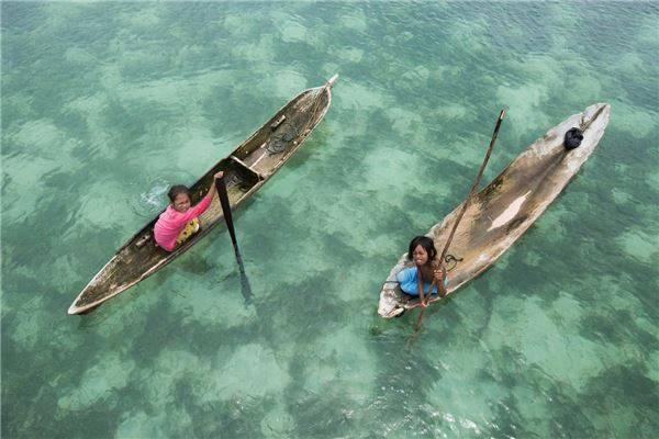 Những con thuyền như người bạn thân của trẻ em Bajau. Ảnh: Réhahn Croquevielle