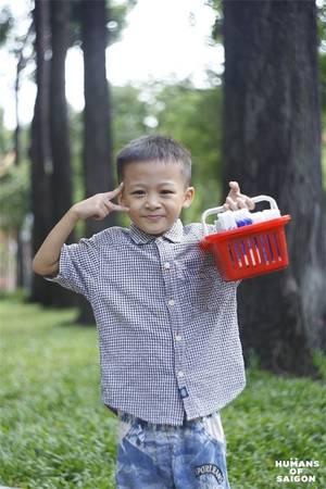 Sài Gòn là cậu bé con ham học, ngày ngày đi bán phụ gia đình nhưng vẫn hồn nhiên tươi cười và lễ phép với mọi người xung quanh. (Ảnh: Humans of Saigon)