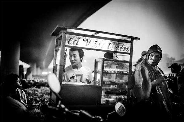 Một góc nhỏ Sài Gòn - nơi con người ta tựa vào nhau mà sống nhưng vẫn rực sáng sự lạc quan. (Ảnh: Neil Massey)