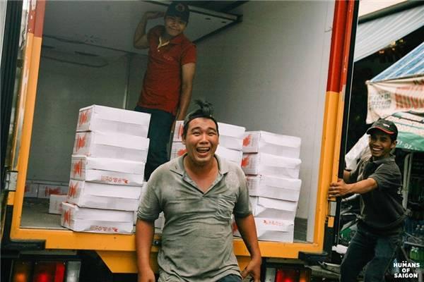 """Người Sài Gòn khổ thì khổ nhưng vẫn hồn nhiên lắm, như cái cách những người đàn ông bốc vác này cười rạng rỡ vì nghĩ rằng: """"Nhà báo đang chụp hình"""". (Ảnh: Humans of Saigon)"""