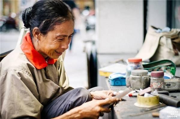 Người phụ nữ tảo tần bên xe sửa chìa khóa - cái nghề tưởng rằng chỉ có đàn ông mới làm được. (Ảnh: Humans of Saigon)