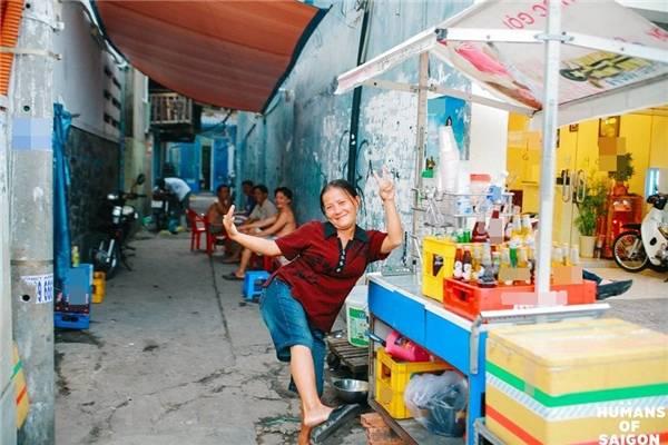 """""""Có uống nước không? Không uống hả? Vậy chụp tao tấm hình coi!"""". (Ảnh: Humans of Saigon)"""