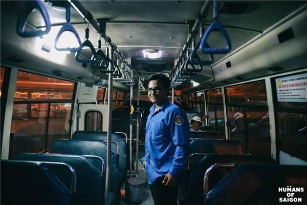 """""""Ngày trước có thời gian mình ăn chơi quậy phá rất nhiều... Chuyện qua đã lâu, giờ mình đi làm và cũng muốn va chạm nhiều để cải thiện bản thân hơn"""". Một chiều trên chuyến xe buýt chợt thấy người Sài Gòn sao mà nghị lực quá. (Ảnh: Humans of Saigon)"""