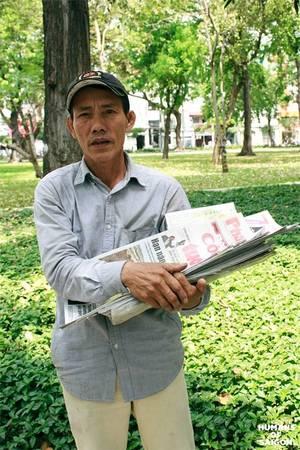 """Ai cũng biết Sài Gòn luôn dang rộng vòng tay đón những người con tứ xứ đổ về. """"Ngày chú khăn gói đi là quyết tâm phải cho con chú ăn học để có cái nghề con ạ. Thời buổi này không có nghề ngỗng gì làm sao mà sống nổi?"""". Dẫu biết Sài Gòn không phải vùng đất thần tiên nhưng nghị lực sống và sự thức thời của con người vẫn cứ mãnh liệt. (Ảnh: Humans of Saigon)"""
