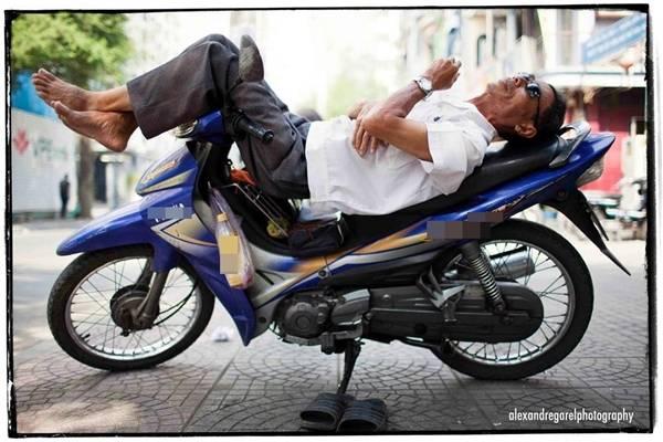 Giấc ngủ trưa tạm bợ giữa lòng Sài Gòn. (Ảnh: Alexandre Garel)