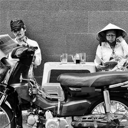 Vài trang báo đọc vội - món ăn tinh thần của người Sài Gòn cũng chóng vánh, hối hả như nhịp sống ở đây. (Ảnh: Âu Dương Thành)