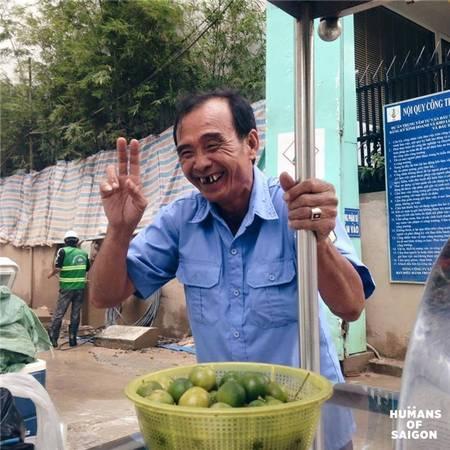 """""""Có ở trong ruột mình buồn chứ bên ngoài cười giỡn thoải mái vậy á. Có ai biết mình vui đâu, ai biết mình buồn đâu. Thành ra nó già mãi không trẻ luôn á"""" - lời tâm sự của bác bảo vệ vui tính làm buổi trưa Sài Gòn bớt oi ả ... (Ảnh: Humans of Saigon)"""