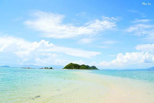 Con đường dưới biển độc đáo, uốn lượn, đưa bạn đến hòn đảo giữa trong quần đảo Điệp Sơn. Ảnh: Phan Lộc