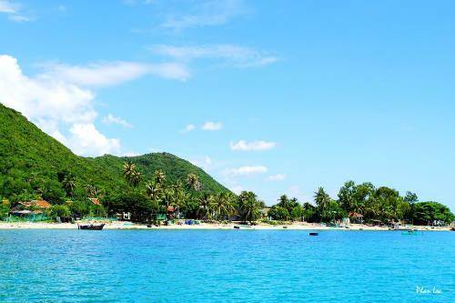 Đảo Điệp Sơn lớn với bãi biển xanh ngắt và yên bình. Ảnh: Phan Lộc