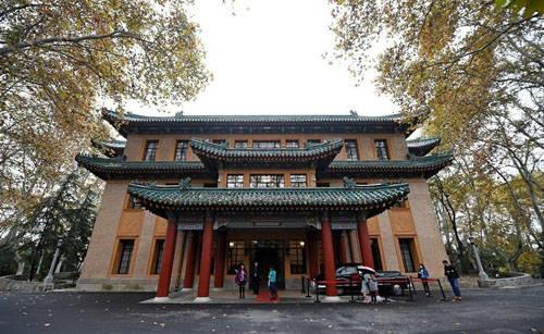 Từ khi được mở cửa vào tháng 10/2013, cung điện Mỹ Linh trở thành một trong những điểm du lịch hấp dẫn của Trung Quốc, hàng năm thu hút hàng triệu du khách tới tham quan từ khắp mọi nơi trên thế giới. Ảnh: Amusing.