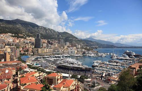 Đại lộ công nương Grace, Monaco Đến tham quan, du khách sẽ có cơ hội được gặp những người nổi tiếng như Lewis Hamilton, Helena Christensen. Giá mỗi mét vuông ở đây vào khoảng 86.000 USD.