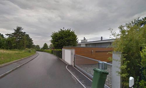 Chemin de Ruth, Geneva, Thụy Sĩ Yên tĩnh và bình dị, ít ai biết rằng khu ngoại ô của Geneva là một trong những nơi dành cho giới siêu giàu sinh sống. Cư dân tiêu biểu ở khu này là gia đình nhà Peugeot, cựu tay vợt người Pháp Henri Leconte... Giá mỗi mét vuông đất ở đây vào khoảng 37.000 USD.