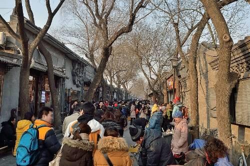 Nanluoguxiang là một trong những khu phố du lịch sầm uất tại Bắc Kinh với nhiều các quán bar, cà phê, đồ ăn vặt cũng như quà lưu niệm. Ảnh: beijingrelocation
