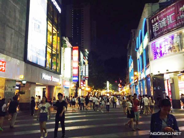 Đường phố Quảng Châu nhộn nhịp về đêm.