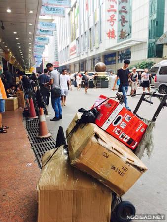 Một chiếc xe đẩy như thế này là rất cần thiết cho các bạn sang mua nhiều hàng hóa.