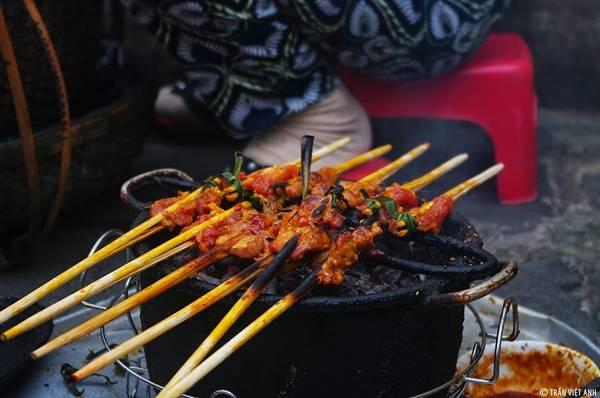 Chỉ với 5.000 đồng, bạn có thể ăn một xiên thịt nướng nóng hổi, hấp dẫn vô cùng. Ảnh: Trần Việt Anh