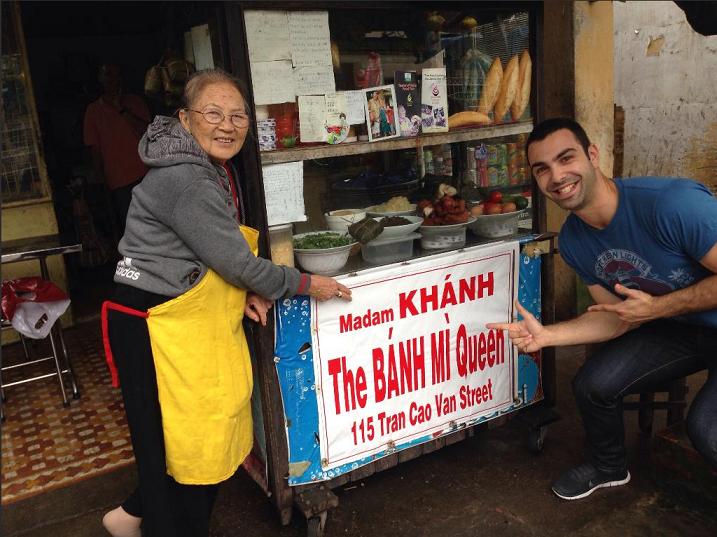 Khách du lịch còn ưu ái đặt tên bánh mì Madame Khanh là - The Banhmi Queen, Nữ hoàng bánh mì. Ảnh: hoian60s.com