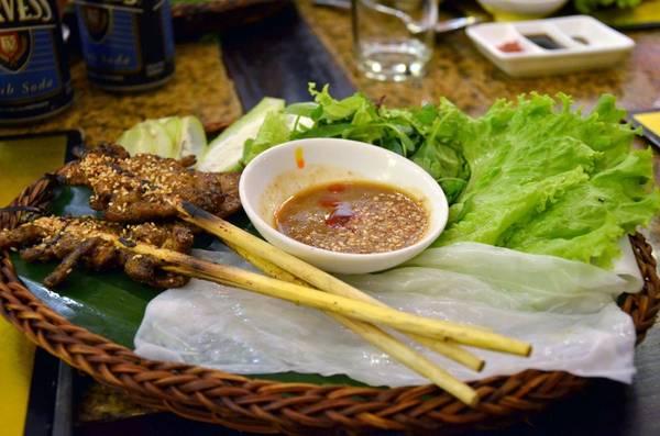 Bánh ướt cuốn thịt nướng được bán nhiều nhất ở bờ sông Hoài. Ảnh: Karenmode