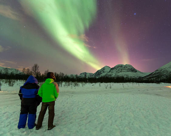 Du khách chiêm ngưỡng hiện tượng Bắc cực quang ở Na Uy - Ảnh: wp