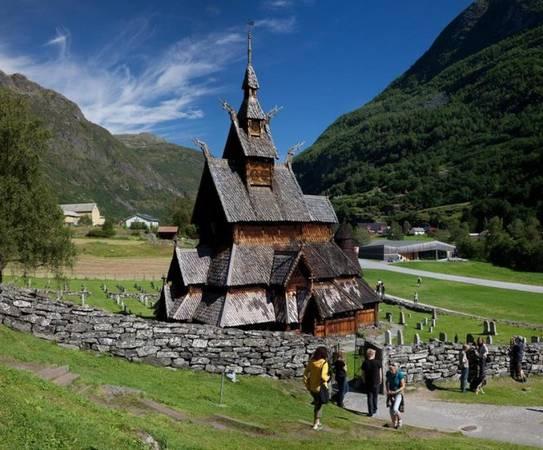 Du khách tham quan nhà thờ gỗ Borgund Stave - Ảnh: visitnorway