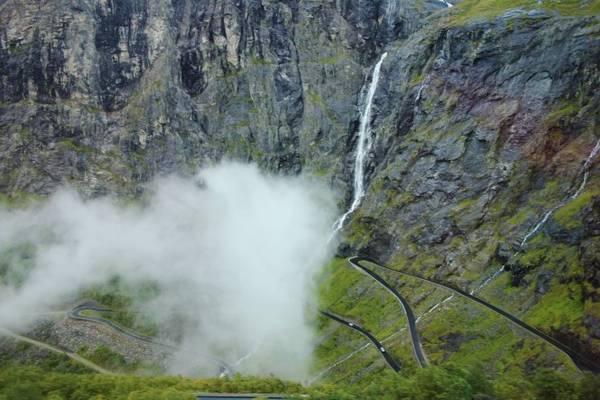 Một thác nước sát cạnh con đường Trollstigen ở Valldal - Ảnh: wp