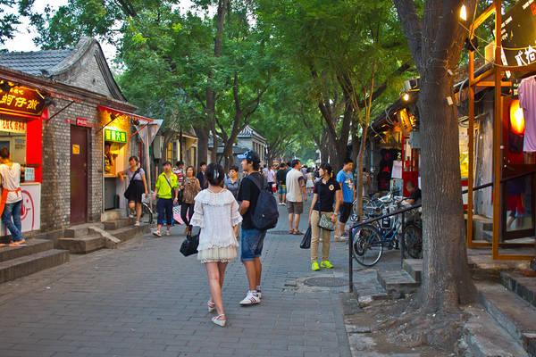 Khách du lịch tham quan phố cổ. Ảnh: timetravelturtle.com