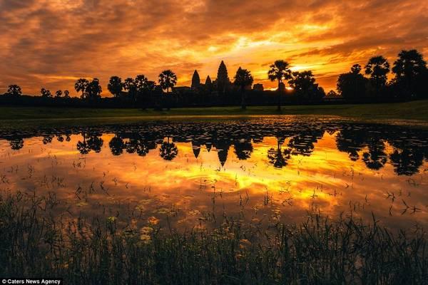 Hoàng hôn nhuộm sẫm trên những ngọn tháp Angkor. Ảnh: dailymail