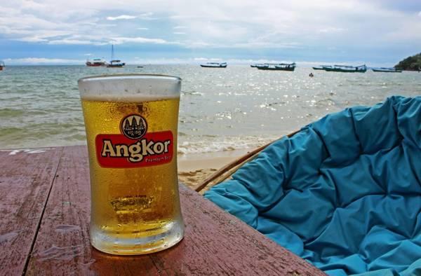 Thưởng thức một ly bia Angkor bên bờ biển là một trải nghiệm rất tuyệt vời. Ảnh: ourglobaltrek.com