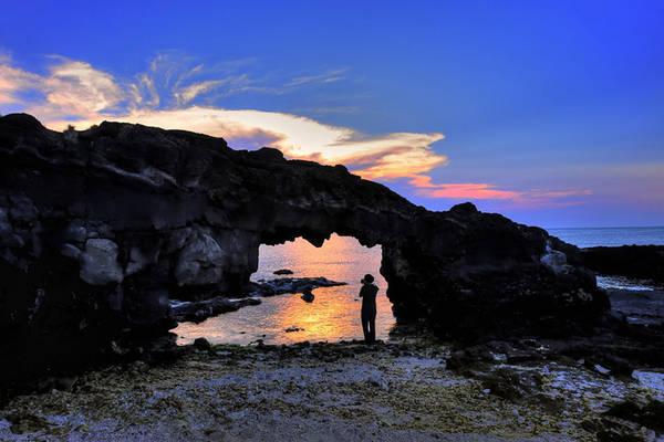 Không có du khách nào đến Lý Sơn mà không ghé thăm cổng Tò Vò độc đáo. Ảnh: otofun.net
