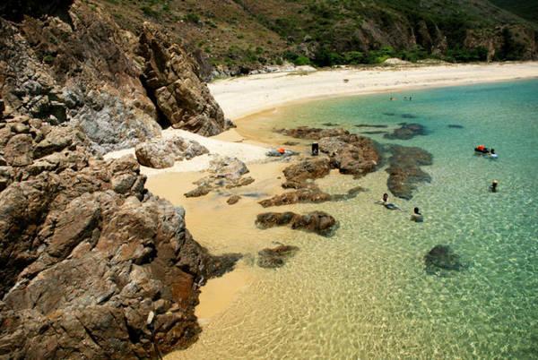 Bãi tắm Kỳ Co là sự phối hợp giữa nước biển trong xanh – gành đá núi kỳ vĩ và bãi cát vàng nguyên sơ – Ảnh: Hoa Khá