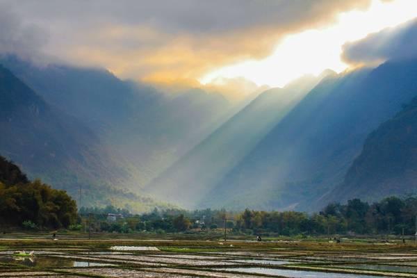 Những tia nắng buổi sớm mai ở thung lũng Mai Châu. Ảnh: Hiếu Trần