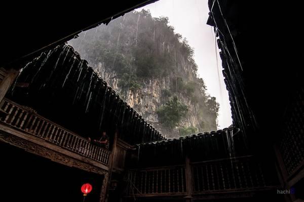 Phố cổ Đồng Văn nằm giữa thung lũng với bốn bề núi đá bao quanh. Điểm đến cổ kính, trầm mặc nhưng mang đậm nét văn hóa đặc sắc của miền núi đá Hà Giang, mà bất kỳ du khách nào một lần đến đây đều không thể bỏ qua. Ảnh: Hachi8