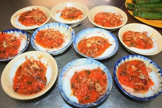 """Có hình thức giống bánh bèo chén xứ Huế nhưng bánh bèo tôm chấy Quảng Ngãi có vẻ """"đẫy đà"""" do được đổ dày hơn. (Nguồn: Internet)"""