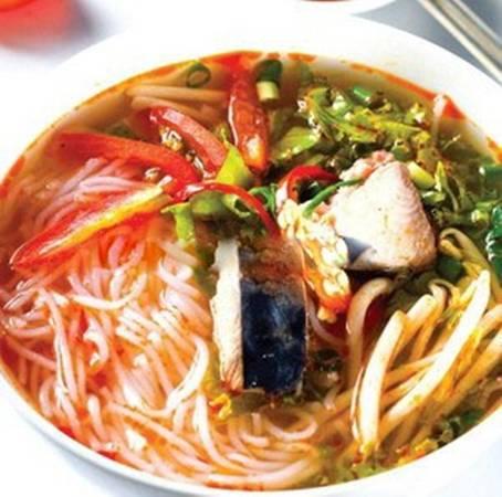 Bún cá ngừ um thật ra rất đơn giản, chỉ là vài lát cá ngừ tươi um với thơm, ăn kèm bún tươi và rau sống. (Nguồn: Internet)