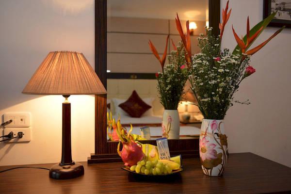 Cách bày trí trong phòng ngủ tuy đơn giản nhưng rất tinh tế, tạo cảm giác gần gũi, ấm cúng cho du khách đến nghỉ ngơi.