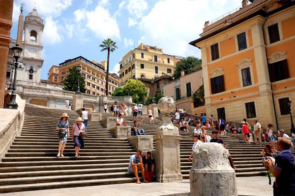 Spanish Steps với 135 bậc thang huyền thoại.