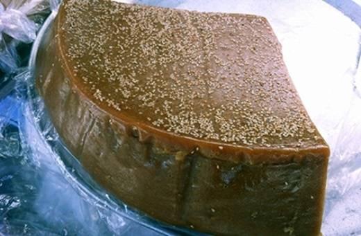 Với những nguyên liệu chính như bột nếp, đường phèn, gừng, qua nhiều giai đoạn chế biến công phu, kĩ lưỡng, trách sao món bánh tài lồng ếp này lại ngon đến thế. (Ảnh: Internet)