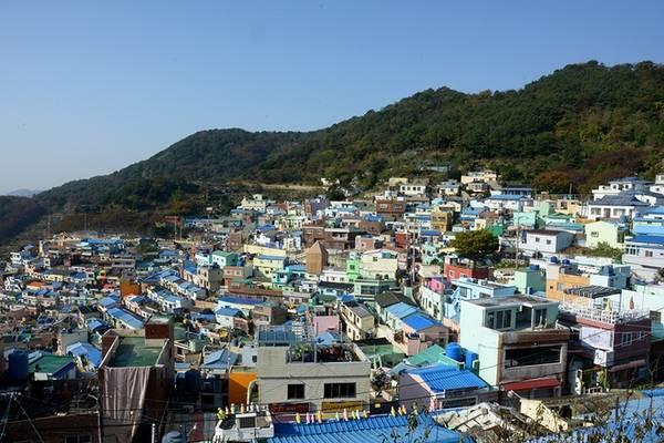 Làng văn hóa Gamcheon là điểm đến mà bất cứ du khách nào tới thành phố Busan đều muốn ghé thăm. Trong những năm 1950, Gamcheon được coi là khu ổ chuột bởi những người tị nạn nghèo khó trong cuộc chiến tranh Triều Tiên đều đổ về đây.