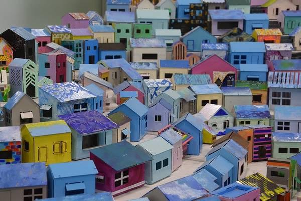 Đi đến cuối làng, bạn sẽ gặp nơi trưng bày mô hình Gamcheon thu nhỏ với những ngôi nhà như hộp diêm, nằm san sát nhau, sơn màu rực rỡ.